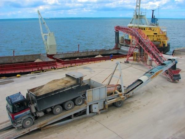 Transport af sand   vadimone   Shutterstock